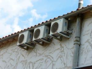 Installation de plusieurs climatisations dans des chambres sous combles.