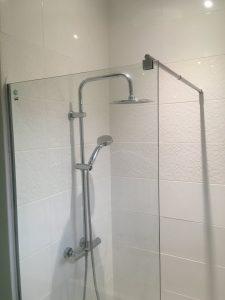 Installation d'un bac à douche et d'une paroi en verre de 8mm.